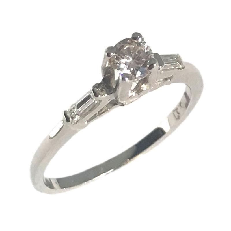 Tap to expand. Μονόπετρο λευκόχρυσο 18Κ δαχτυλίδι με στρόγγυλη κεντρική και  μπαγκέτες διαμάντια 3b1fc490b0f